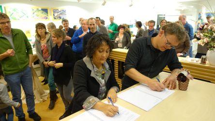 Voorzitter Gita en Weth. Wijsmuller tekenen overeenkomst grondoverdracht 30.11.2015